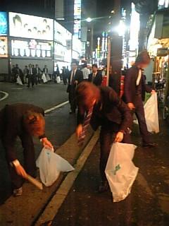 歌舞伎町をきれいにするホストたち