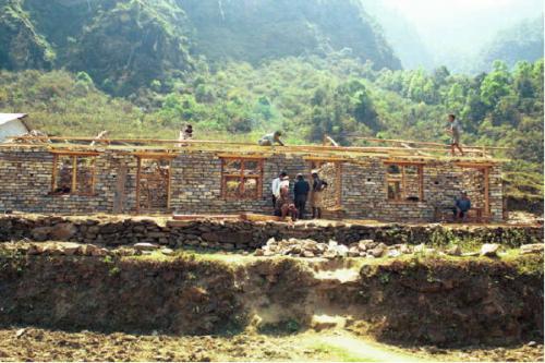 「チャレンジ・グラント」では、地元住民が労働力を提供して学校建設に参加する