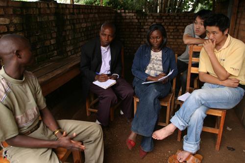 2007年3月コンゴ民主共和国での元子ども兵への聞き取り(右奧:鬼丸昌也氏、右前:共同代表の小川真吾氏)