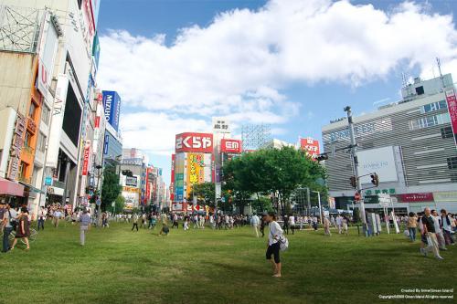 新宿アルタ前が芝生の広場に!?Photo by Green Island.