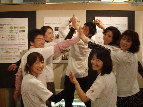 ハイタッチ隊のメンバーの皆さん。手前左から時計回りに、池田美砂子さん、櫻庭伸也さん、伊豆昭美さん、平井圭一さん、堀母日花(ほり・もにか)さん、岡野知津子さん、中村るりさん。