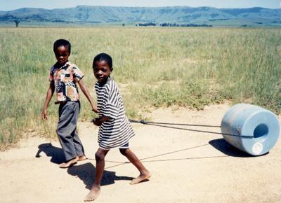 Q-drum(キュー・ドラム):水を筒型の容器に入れて転がすことで大量の水を運ぶことができるプロダクト。
