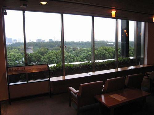出光美術館ロビーからの眺め。上から見る皇居は何とも壮観です。豊かな緑が、心を休めてくれます。これだけでも、行く価値はあると思います 。
