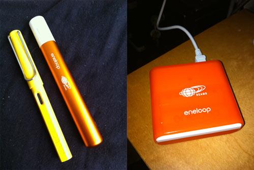 左:スティックブースター、万年筆とほぼ同じサイズ。右:充電中のモバイルブースター。(ともにiPhone4で撮影、右はLEDフラッシュ使用)