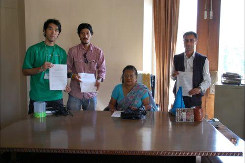 プロジェクトに関わる団体との調印式(一番左が菊地さん)