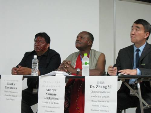 3人の賢人。(左)アマゾンのヤナワナ族のチーフ、タシュカ・ヤナワナ氏/(中)ケニヤのイヤク族のリーダー、アンドリュー・レレコイティエン氏/(右)中国伝統医療の医師、ヅァン・イー氏