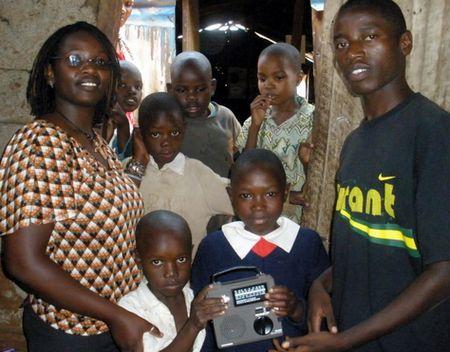 ケニアの学校に届けられたラジオ。