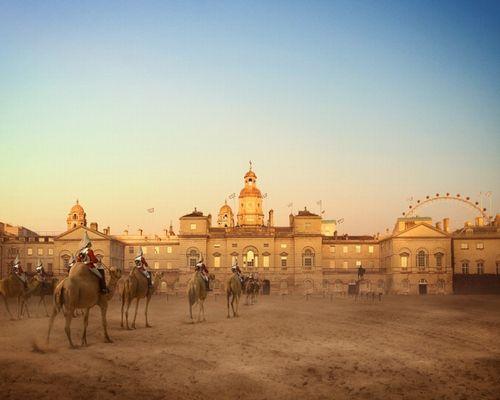 ロンドン名物である騎馬衛兵隊。馬ではなく、グラウンドの熱さに強いラクダが主役に…。新しい観光名物として話題を集めるかもしれません。'Camel Guards Parade'Image(c)Robert Graves and Didier Madoc-Jones