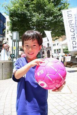 「ボールはともだち、みんなともだち」をキャッチコピーに、無料配布されたサッカーボール。色もポップでかわいい!