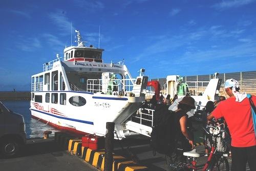 沖縄本島の東側に位置する安座真港から船で約15分