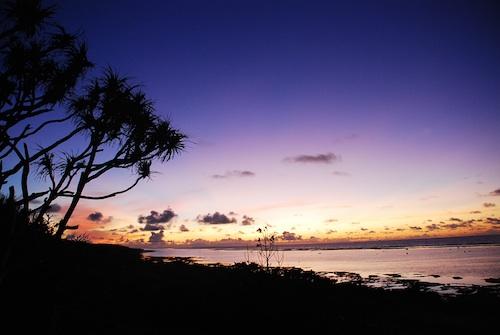 朝焼けをにじませる涙はどこから?  答えのない問いをめぐって心に静けさを取り戻し、ただ生きていることを感じる時間がこの島にはあります