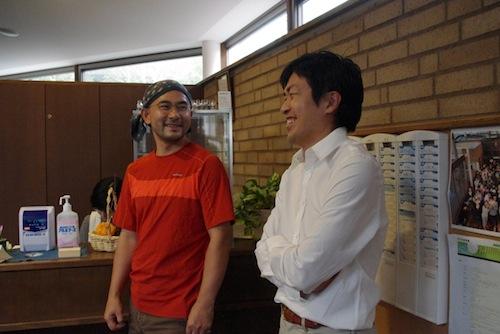 アトリエリスタの福田さんと談笑する松本さん