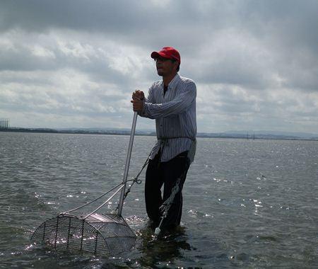 漁中の金萬智男さん