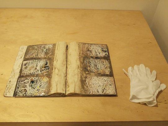 瓦礫の中から発見されたアルバムの現物も展示されている