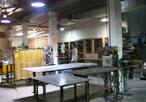 「3rd Ward」の金属加工スタジオ。本格的な機械設備も利用できます。