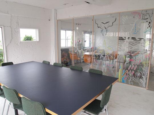 良いアイデアが生まれそうな会議室