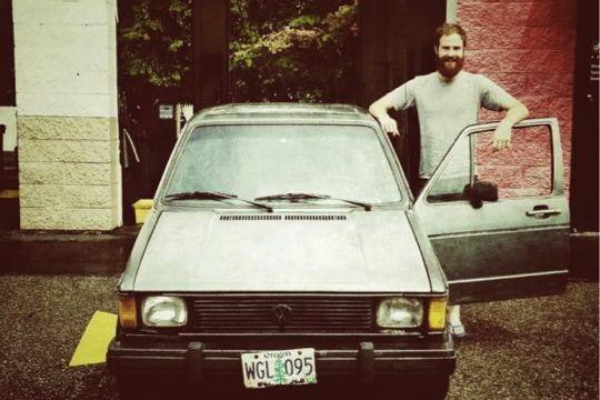 写真家のキャメロンさんとその愛車