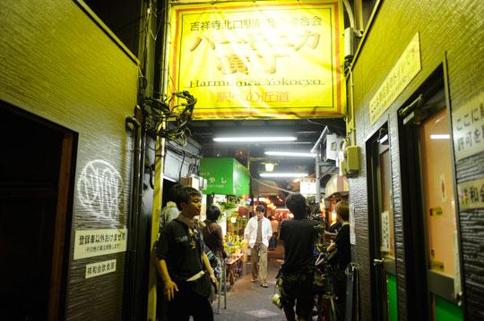 映画がきっかけで朝市が始まったハモニカ横丁は『あんてるさんの花』の舞台となった吉祥寺の飲屋街です。