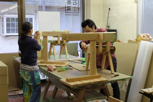 石巻工房では石巻に元々住んでいた人や都心から移り住んできた人が働いている。