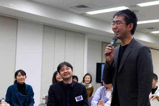 2012年の終わりに100名以上の参加者に挨拶をするミラツク代表の西村勇也さん