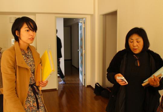 千葉大学大学院工学研究科の佐藤まどかさん(左)とNPO法人むすびの荒川直美さん(右)