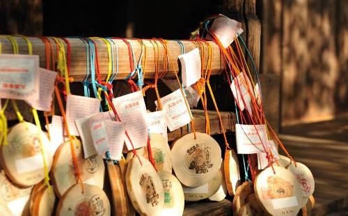 間伐材を使って、地元の老人会のメンバーの手でつくられた黒川温泉の「入湯手形」 (c) Ryo Shimomura