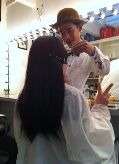 ウィッグをつけて、顔に合うように髪を切ってもらう様子。