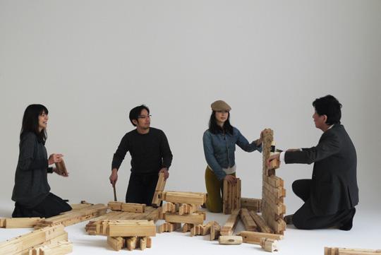KUMIKIプロジェクトに協力している建築家、飯田都之磨さん(右)のレクチャーを聞きながら制作。ほかの方々は初めてチャレンジしたそうですが、すぐにさくさく組み立てられるようになっていました