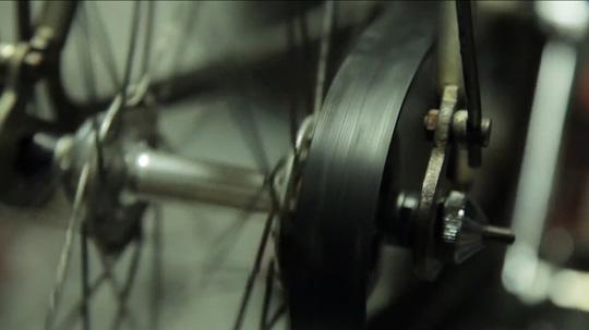 伝動ベルトで作られた自転車のチェーン。