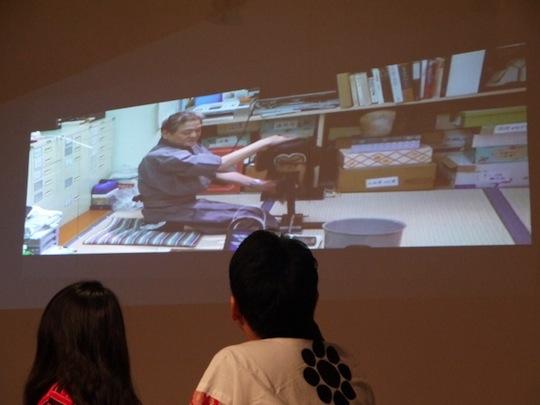 床山さんの仕事ぶりを動画で見ながら田村さんの説明を聞きました