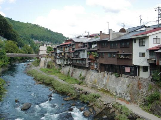 木曽川にせり出すように並ぶ「崖家造り」の家々は木曽町を象徴する風景