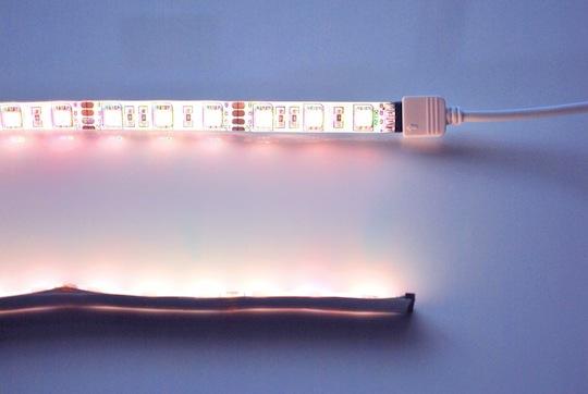 LEDの光にもこだわりがある。光の明滅やグラデーションがチラついたりしないよう、まずは表現できる数値の幅を増やし、見る人にとって気持ちのよい光り方を模索する。