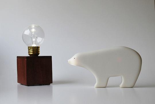「remo – kuma」(リモクマ)リモコンになるシロクマ。頭をトントン、と2回触ると照明が点き、同じようにおしりを触ると消灯。背中をなでると調光もしてくれる。