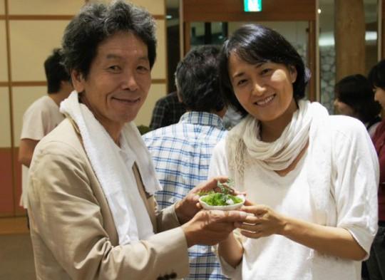 土佐山アカデミーディレクターの内野さん(右)。2期生の修了式で伴さんと。