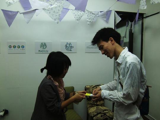 手とハサミで雑貨を制作する小川さんはオーダーメイドハンコをその場で制作。