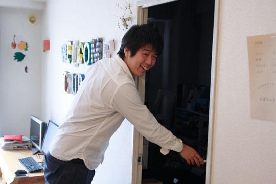 """仕事部屋を覗いて「あー、ダメだぁ〜(笑)」と、直さん。この日は""""カオス""""状態のため、解禁されず。PHOTO: SHINICHI ARAKAWA"""