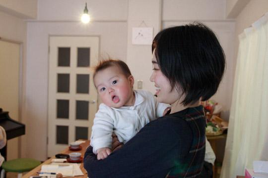 かわいい盛りのつばめちゃん。この日もご機嫌で取材に応じてくれました。PHOTO: SHINICHI ARAKAWA
