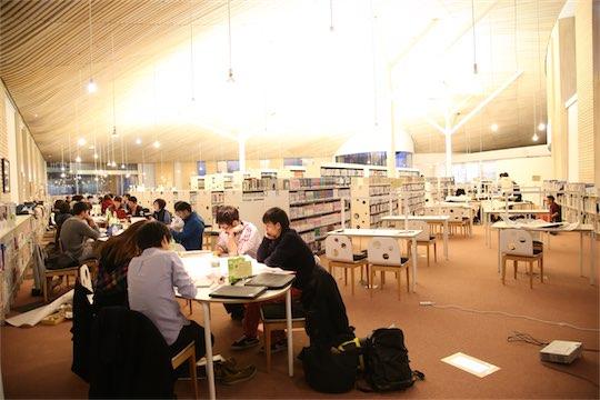 図書館はせんだいメディアテークなども手がけた古谷誠章による設計。